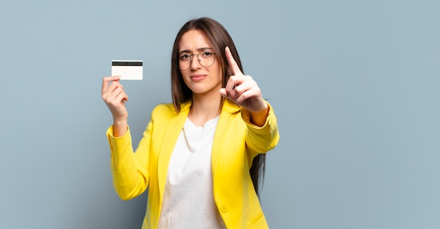 Jovem jovem empresária com cartão de crédito