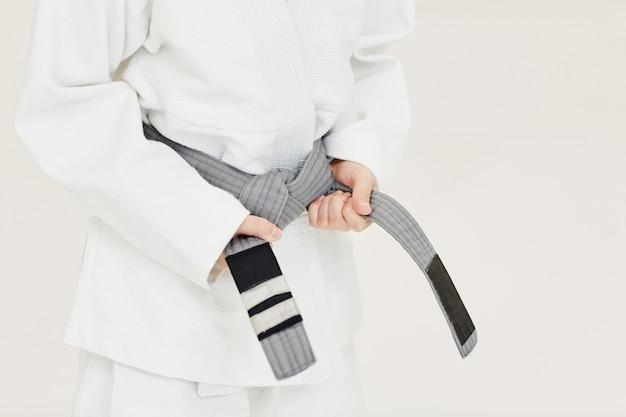 Jovem judoca recebendo um cinto