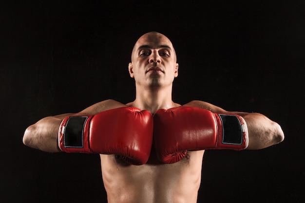 Jovem kickboxing no preto