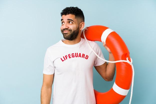 Jovem latim salva-vidas isolado sonhando em alcançar objetivos e propósitos