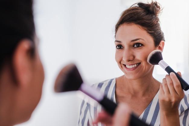 Jovem latina colocando maquiagem