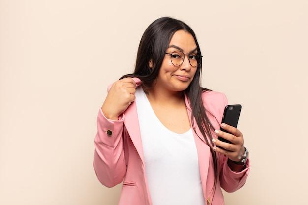 Jovem latina com ar arrogante, bem-sucedida, positiva e orgulhosa, apontando para si mesma