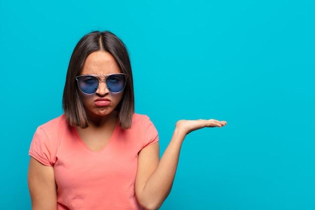 Jovem latina com óculos de sol e um espaço de cópia