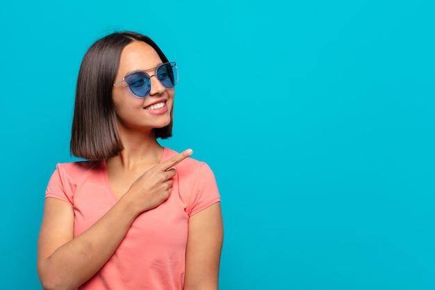 Jovem latina com óculos de sol