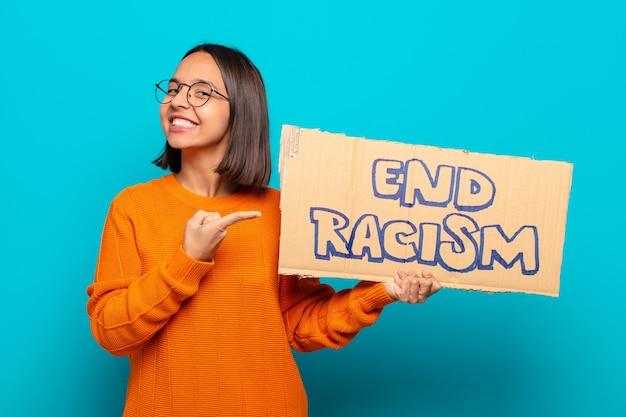 Jovem latina com placa de racismo
