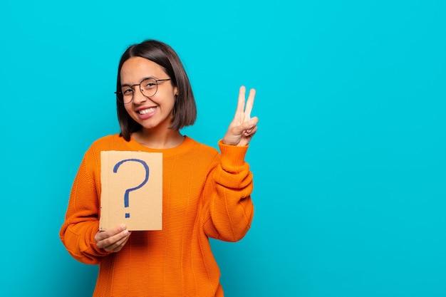 Jovem latina com ponto de interrogação