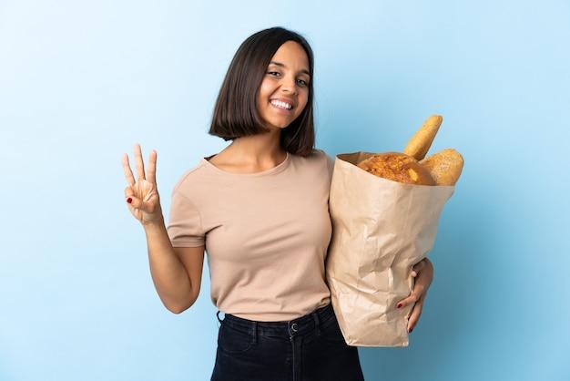 Jovem latina comprando pães i