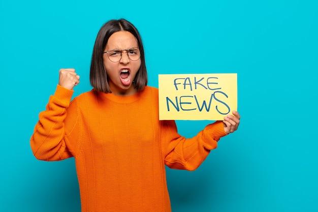 Jovem latina, conceito de notícias falsas