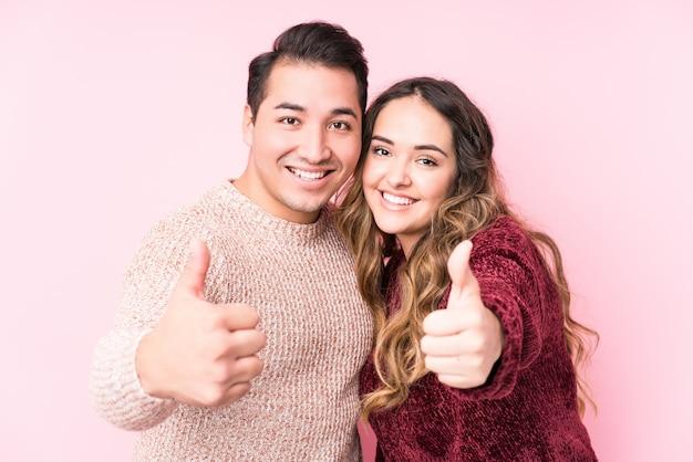 Jovem latina em casal de amor
