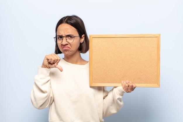 Jovem latina se sentindo zangada, irritada, decepcionada ou descontente