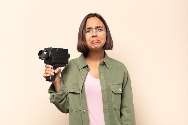 Jovem latina triste e chorona com um olhar infeliz, chorando com uma atitude negativa e frustrada