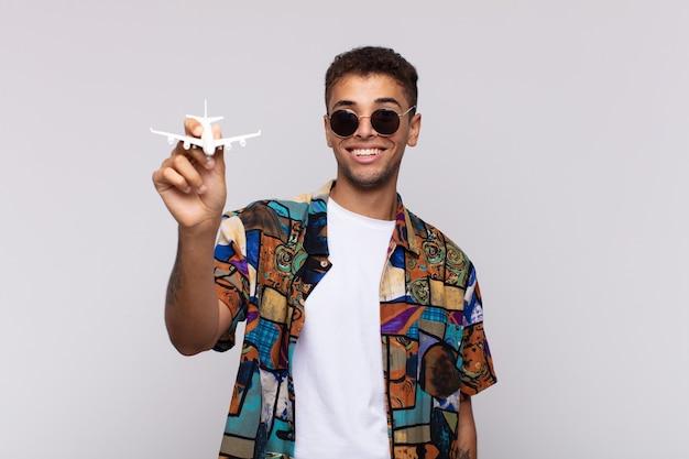Jovem latino com um avião. conceito de viagens