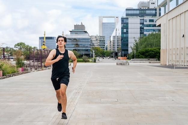 Jovem latino correndo e correndo. conceito de vida saudável.