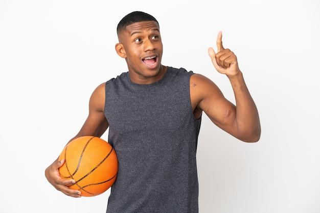 Jovem latino isolado no fundo branco jogando basquete