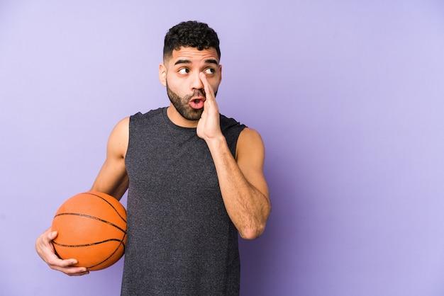 Jovem latino jogando basquete está dizendo um segredo