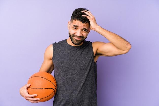 Jovem latino jogando basquete isolado em choque, ela se lembra de um encontro importante