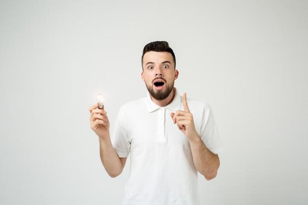 Jovem legal barbudo homem idéia conceito, estudante feliz chegando com um ou solução. isolado no branco