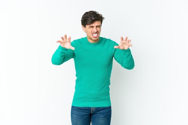 Jovem legal mostrando garras imitando um gato, gesto agressivo.