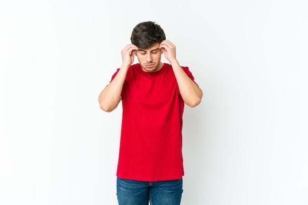 Jovem legal tocando as têmporas e tendo dor de cabeça.