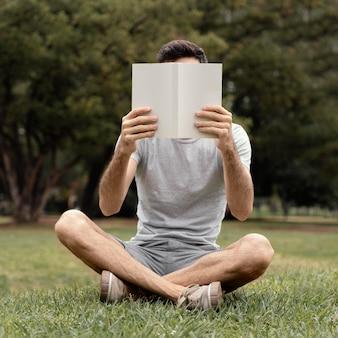 Jovem lendo um livro interessante