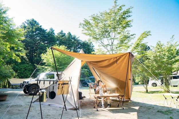 Jovem lendo um livro na tenda