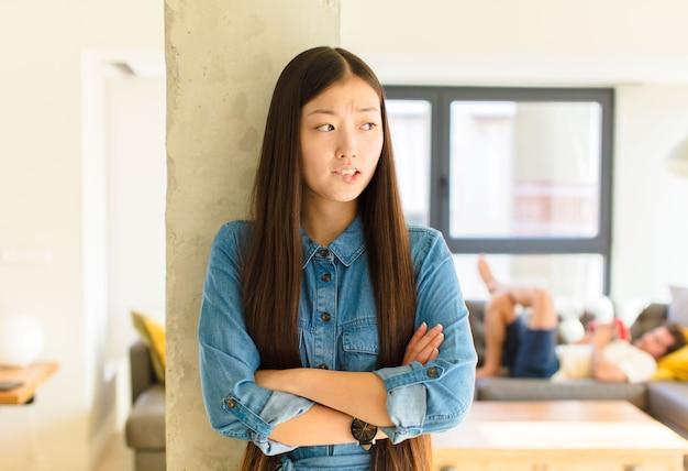 Jovem linda asiática duvidando