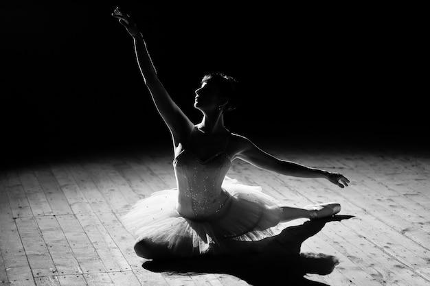 Jovem linda bailarina posando no palco