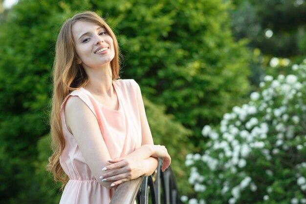 Jovem linda e feliz caminha no parque e aproveita a vida