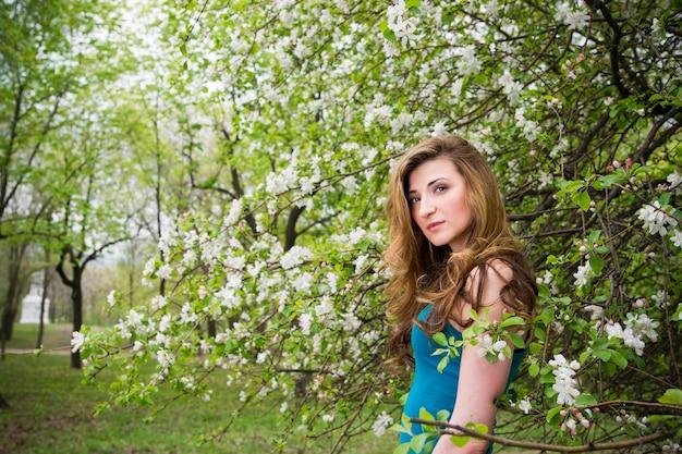 Jovem linda em jardins floridos de primavera