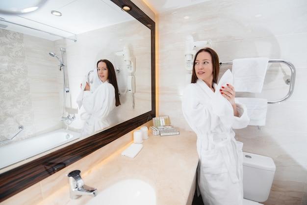 Jovem linda em um lindo banheiro branco