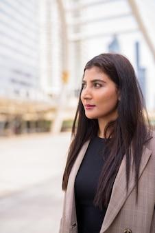 Jovem linda empresária indiana pensando na ponte para passarela