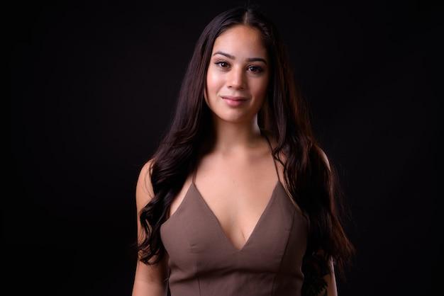 Jovem linda empresária multiétnica contra negros