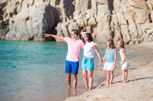 Jovem linda família de férias na europa