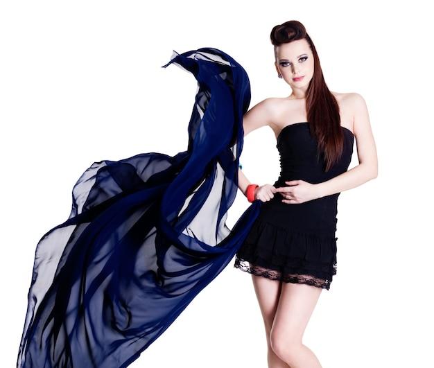 Jovem linda garota glamour da moda com parede branca de chiffon