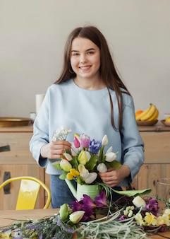 Jovem linda garota segurando flores