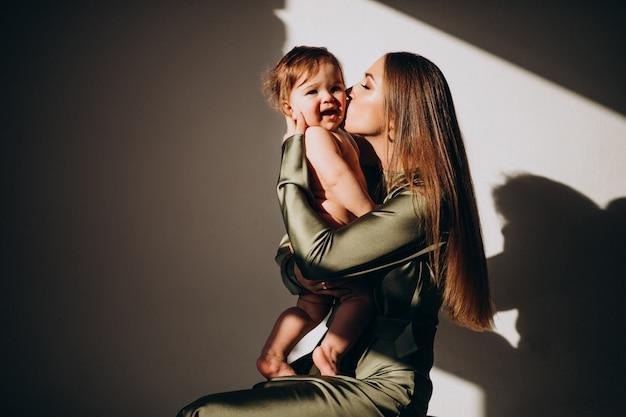 Jovem linda mãe com seu filho pequeno, praticando amamentação