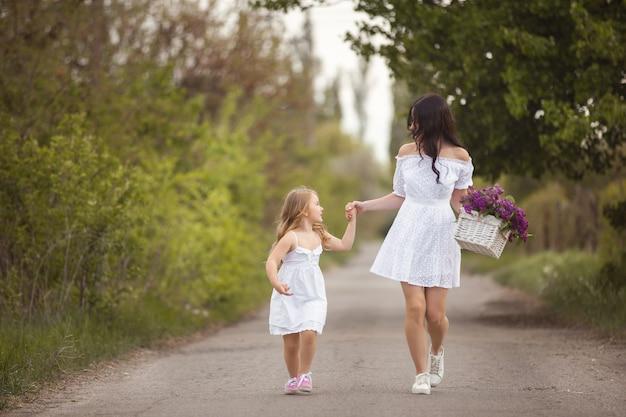 Jovem linda mãe e filha se divertindo juntos