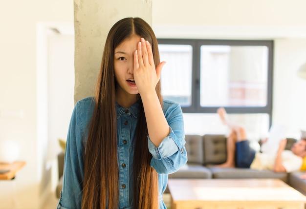 Jovem, linda mulher asiática, parecendo com sono