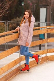 Jovem linda mulher patinando no gelo