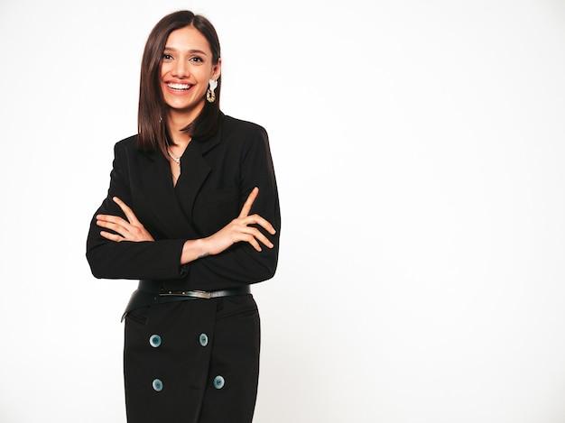 Jovem linda sorridente morena com um belo terno preto na moda