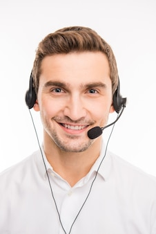 Jovem lindo agente consultando clientes ao telefone