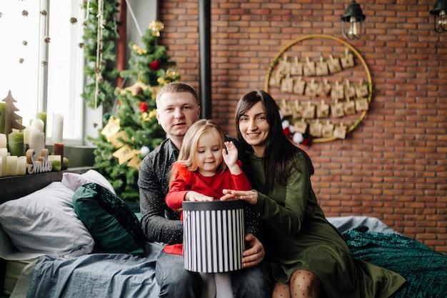 Jovem lindo pai e mãe com bebê