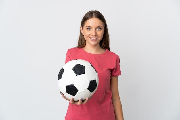 Jovem lituana isolada no fundo branco com uma bola de futebol