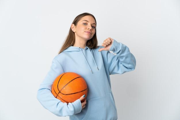 Jovem lituana jogando basquete, isolada no fundo branco, orgulhosa e satisfeita