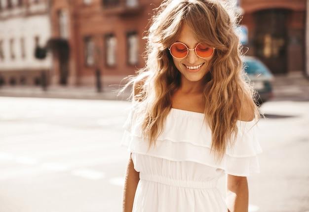 Jovem loira bonita com óculos de sol