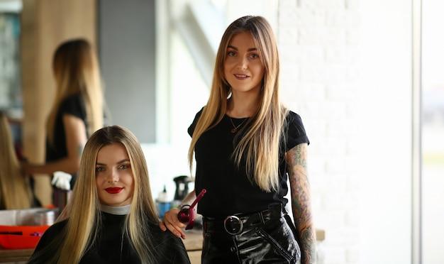 Jovem loira cabeleireiro e salão de beleza cliente do sexo feminino