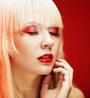 Jovem loira com maquiagem brilhante