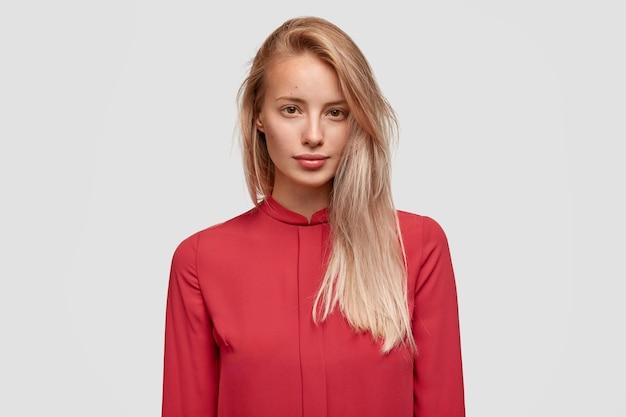 Jovem loira de camisa vermelha