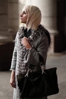 Jovem loira elegante com um look de inverno