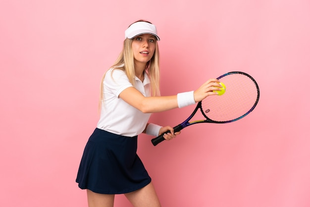 Jovem loira isolada jogando tênis